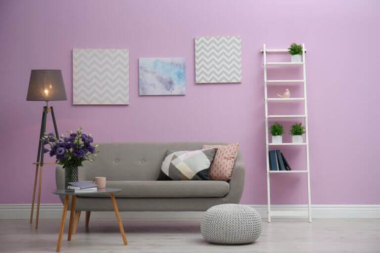 Woonkamer met lila muur