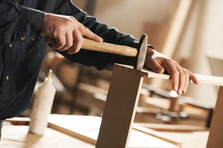 Man werkt met een hamer