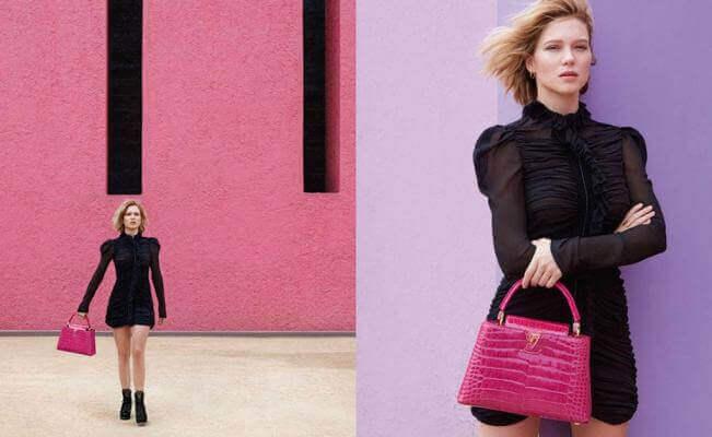 Vrouw met zwarte jurk en roze tas