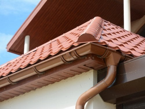 Rood dak met bruine dakgoot