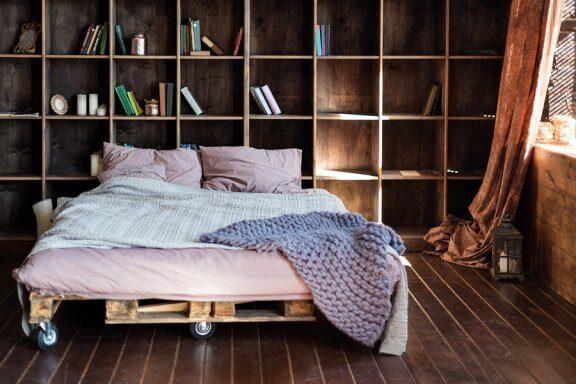 Slaapkamer met een bed van pallets