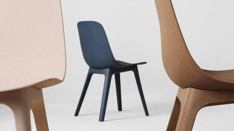 Blauwe en bruine stoelen
