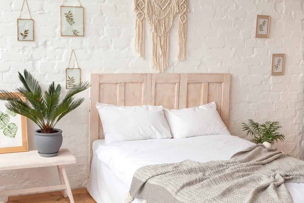 Slaapkamer met macramé-gordijn