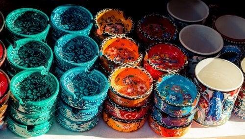 Gekleurde asbakken van klei