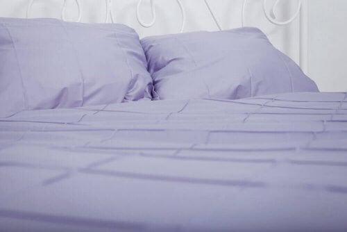 Bed met blauwe lakens