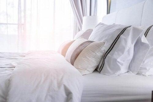 Bed met lakens van flanel