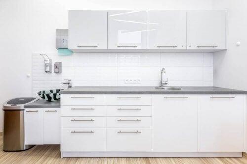 Witte keuken in een medische kliniek
