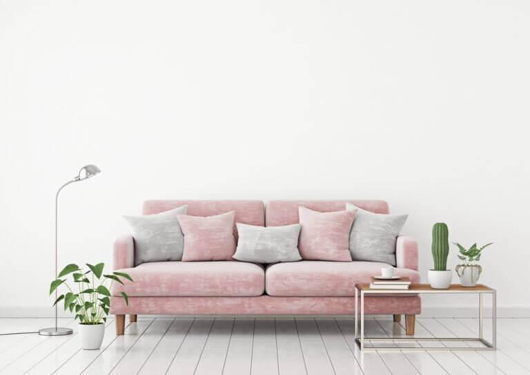 Witte kamer met een roze bank