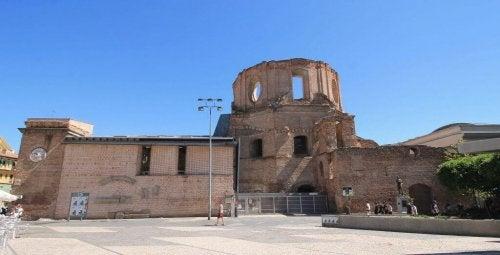 Het cultureel centrum van de piaristen - herstelde ruïnes