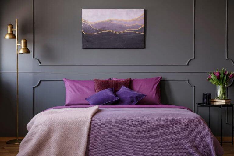Slaapkamer met paarse deken