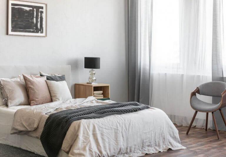 Bed met meerdere kussens