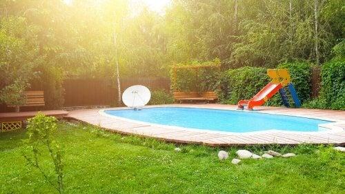 Zwembad met glijbaantje
