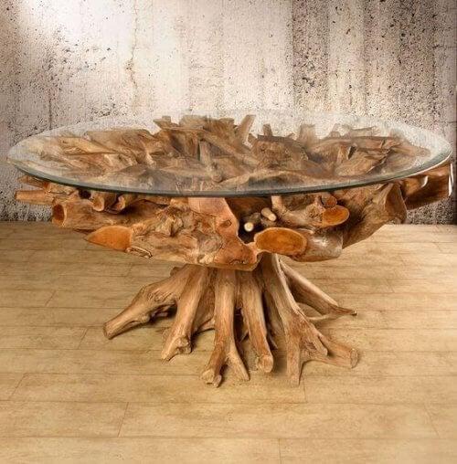 Een tafel van overgebleven boomstammen