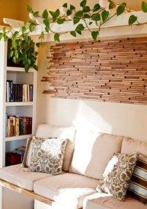 Overgebleven hout aan de muur