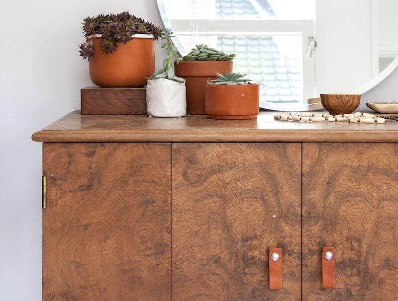 Bruin dressoir met plantjes