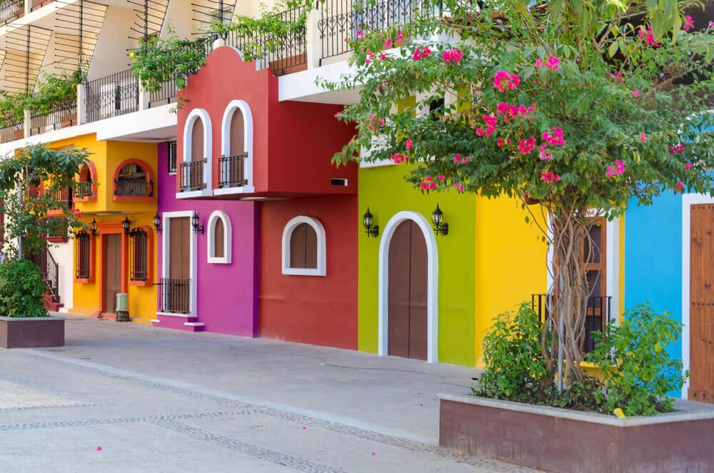 De Mexicaanse architectuur heeft felgekleurde gevels