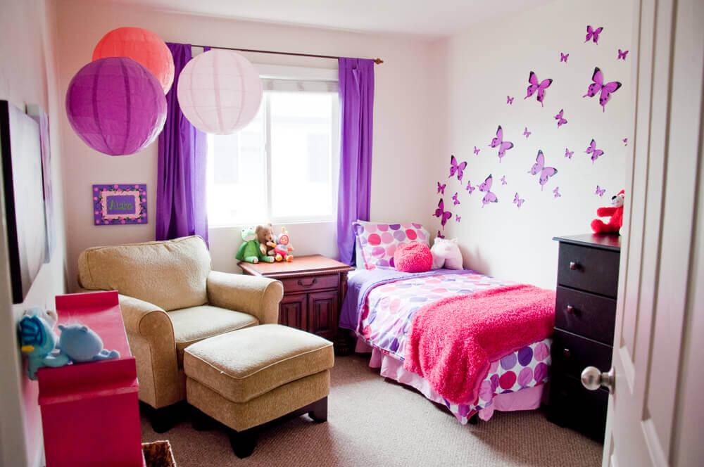 Muur met paarse vlinders