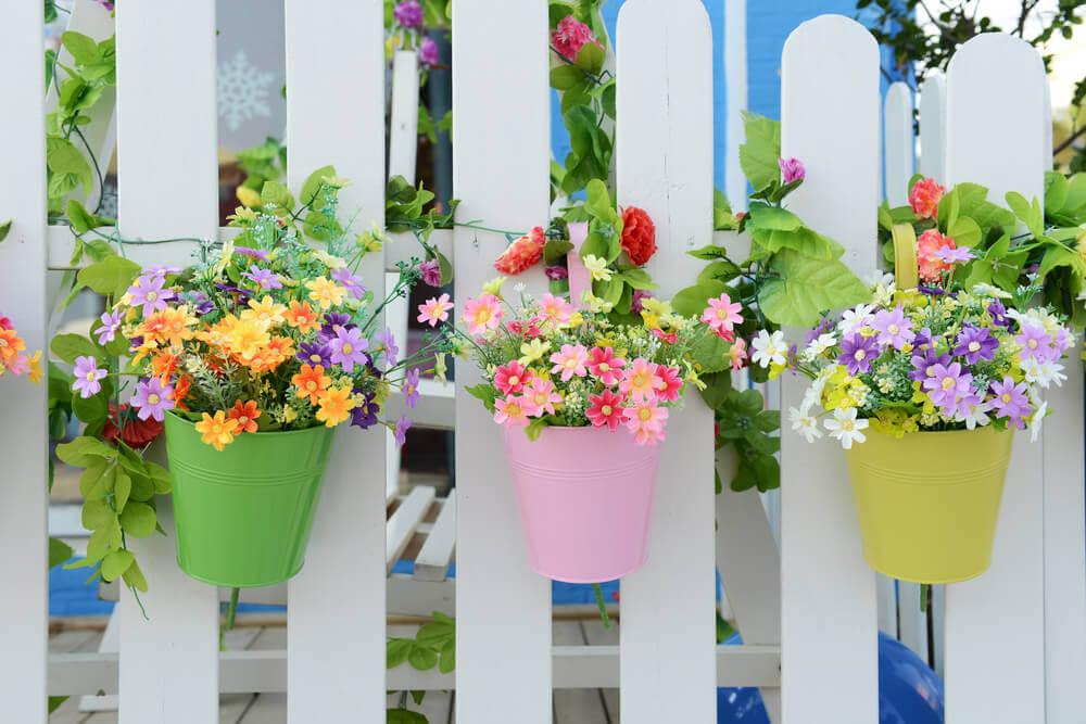 Hangende plantenpotten van plastic met bloemen