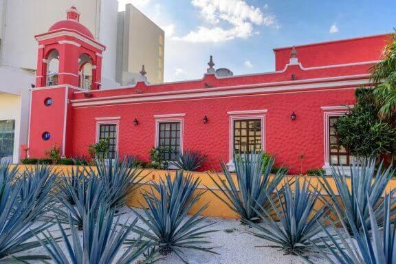 Mexicaans gebouw in een rode kleur