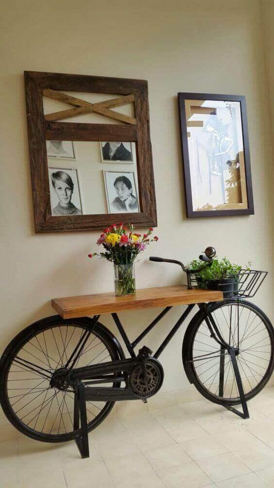 Zwarte fiets met een tafelblad