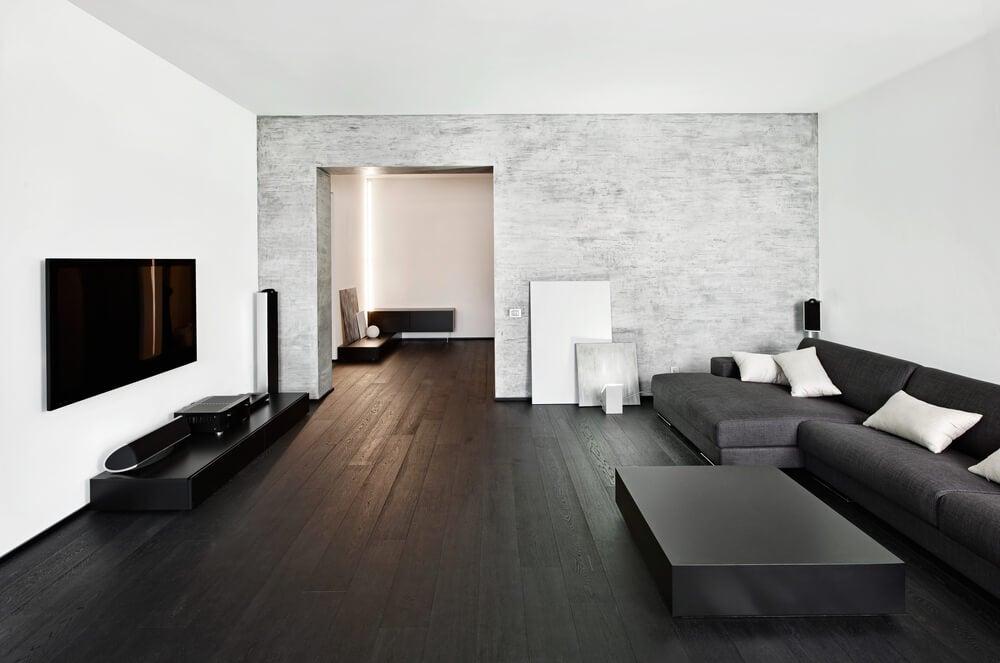 Zwarte woonkamer met heel donker laminaat