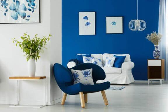 De kleur ultramarijn op een stoel