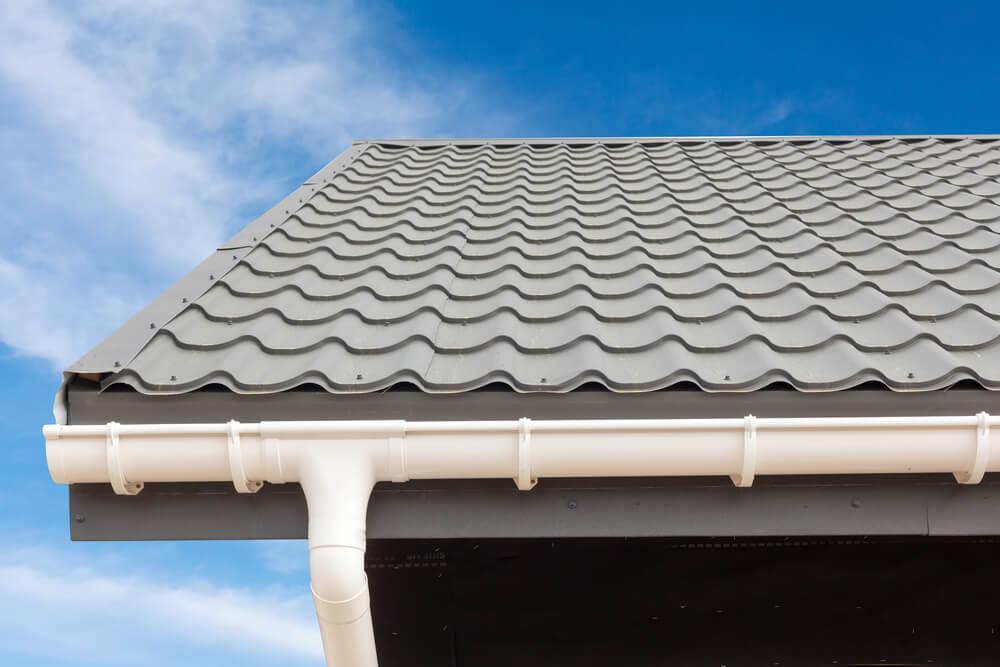 Grijs dak met witte dakgoot