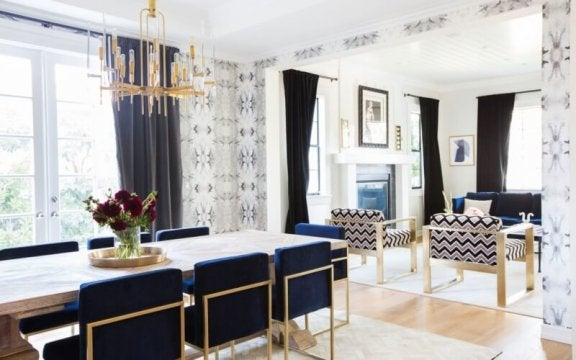 Eetkamer met blauwe stoelen
