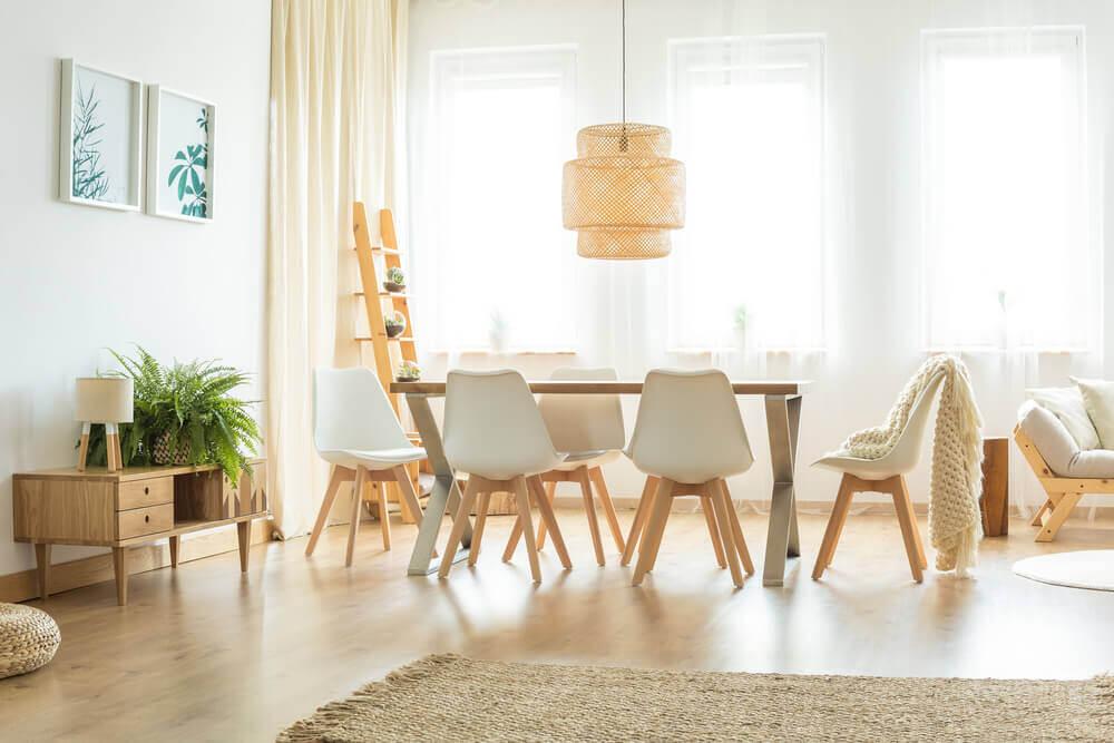 Eettafel met stoelen in gebroken wit