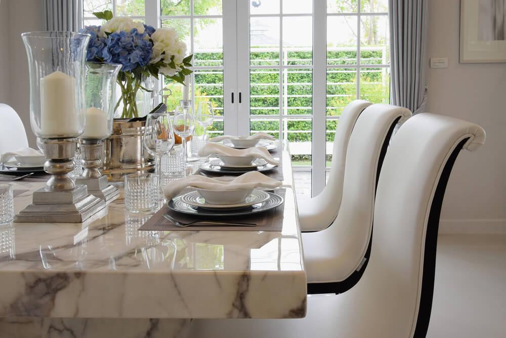 Eetkamertafel met witte stoelen