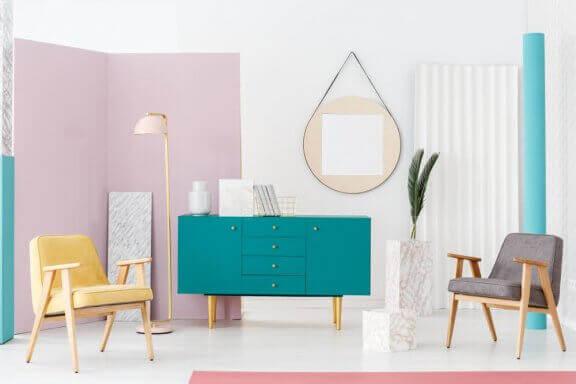 Kamer met geel en turkoois en roze
