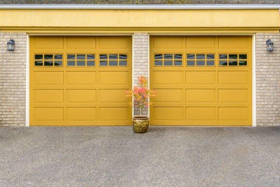 Minimalistische gele buitendeuren