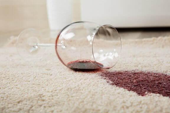 Rode wijn op een wit kleed