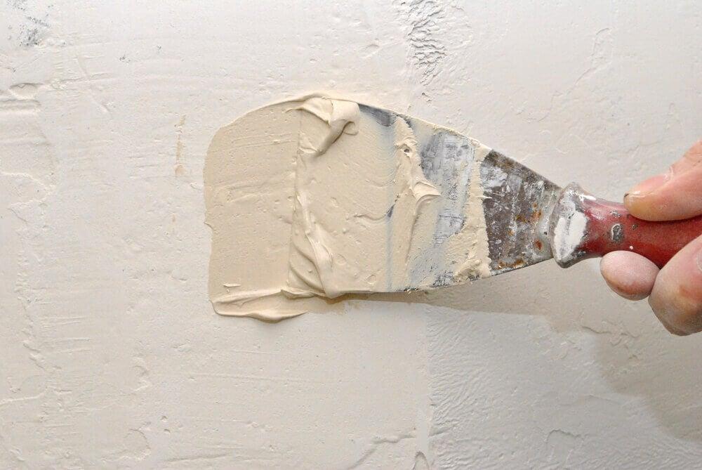 Scheur in een muur herstellen