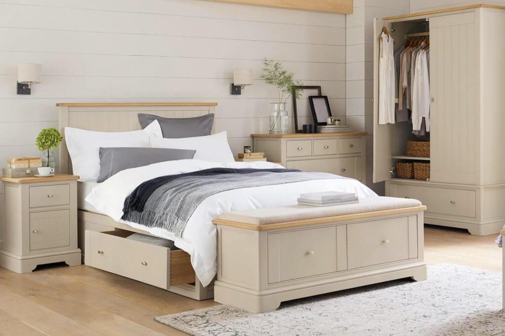 Slaapkamer met gebroken wit interieur