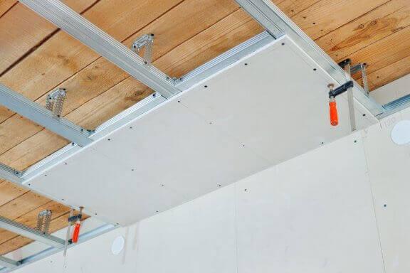 Installeren van een vals plafond