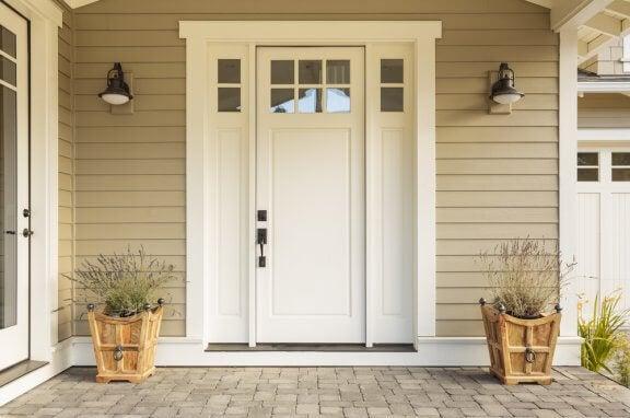 Beige muur met een witte deur