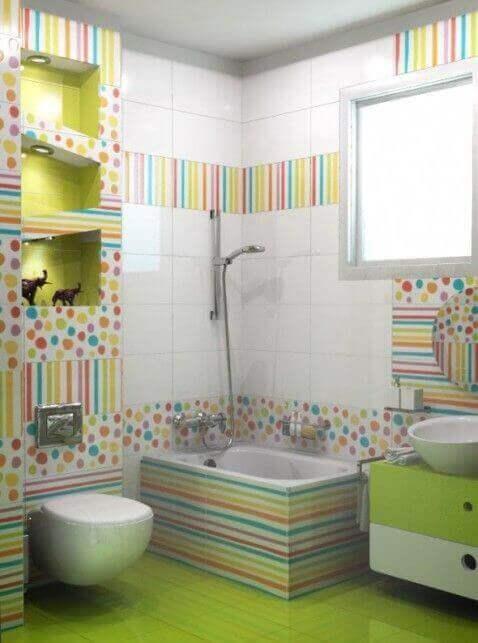 Badkamer met verschillende vrolijke kleuren