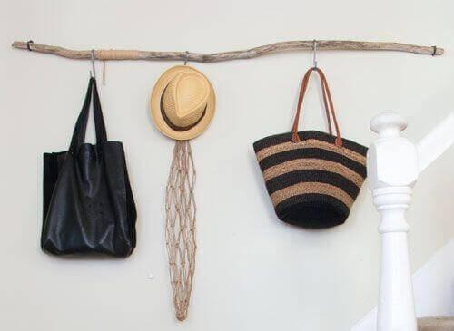 Items aan drijfhout ophangen