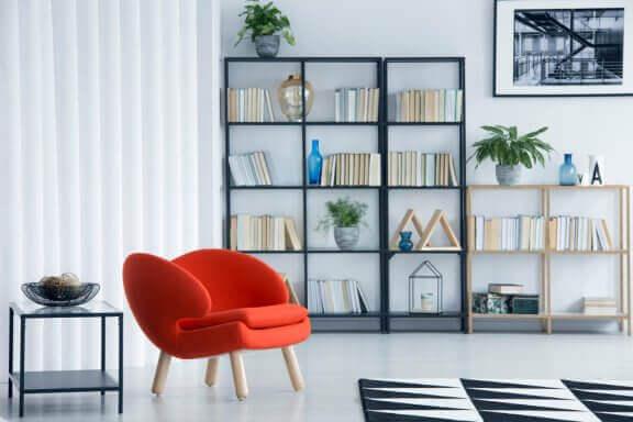 Woonkamer met open boekenkast