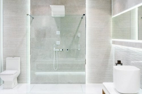 Badkamer met een grote douche