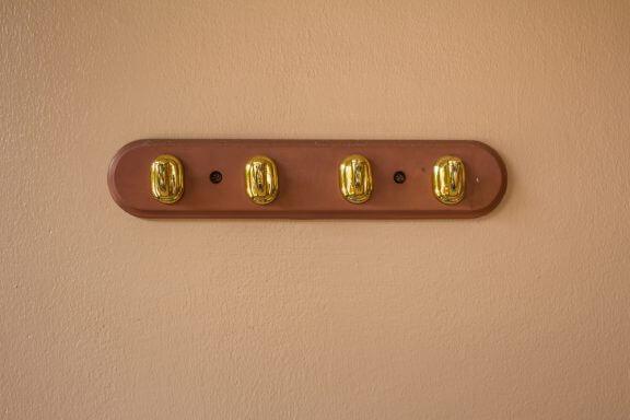Gouden haken op bruine plank