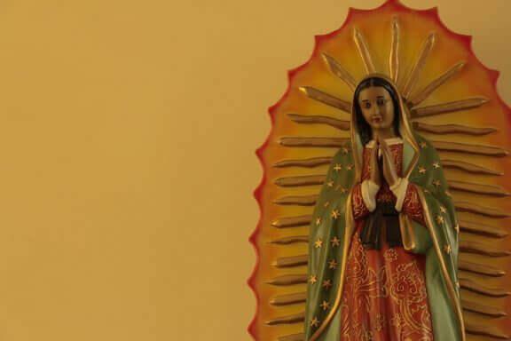 Beeld van maria in een religieus interieur