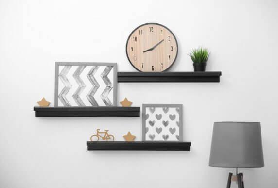 Planken met decoraties