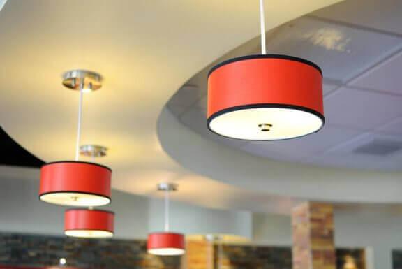 Zwart met rode lampen