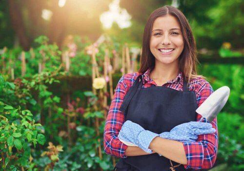 Vrouw gaat tuinieren
