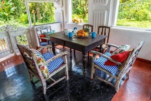 Veranda met tafel en 4 stoelen