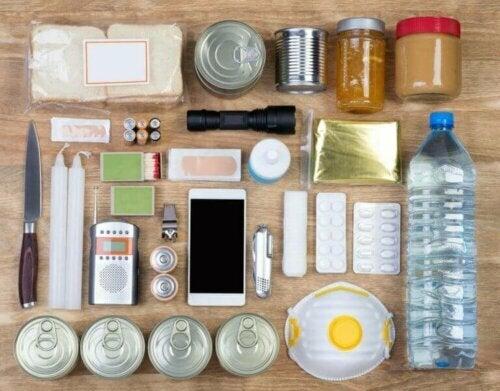 Thuis een aardbevingspakket hebben: wat je nodig hebt