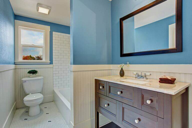 Badkamer met blauw en hout