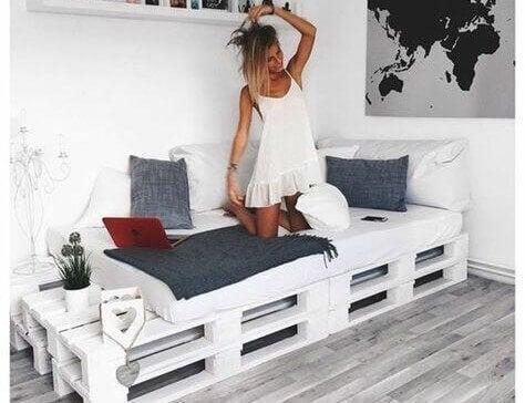 Vrouw op een bed van pallets